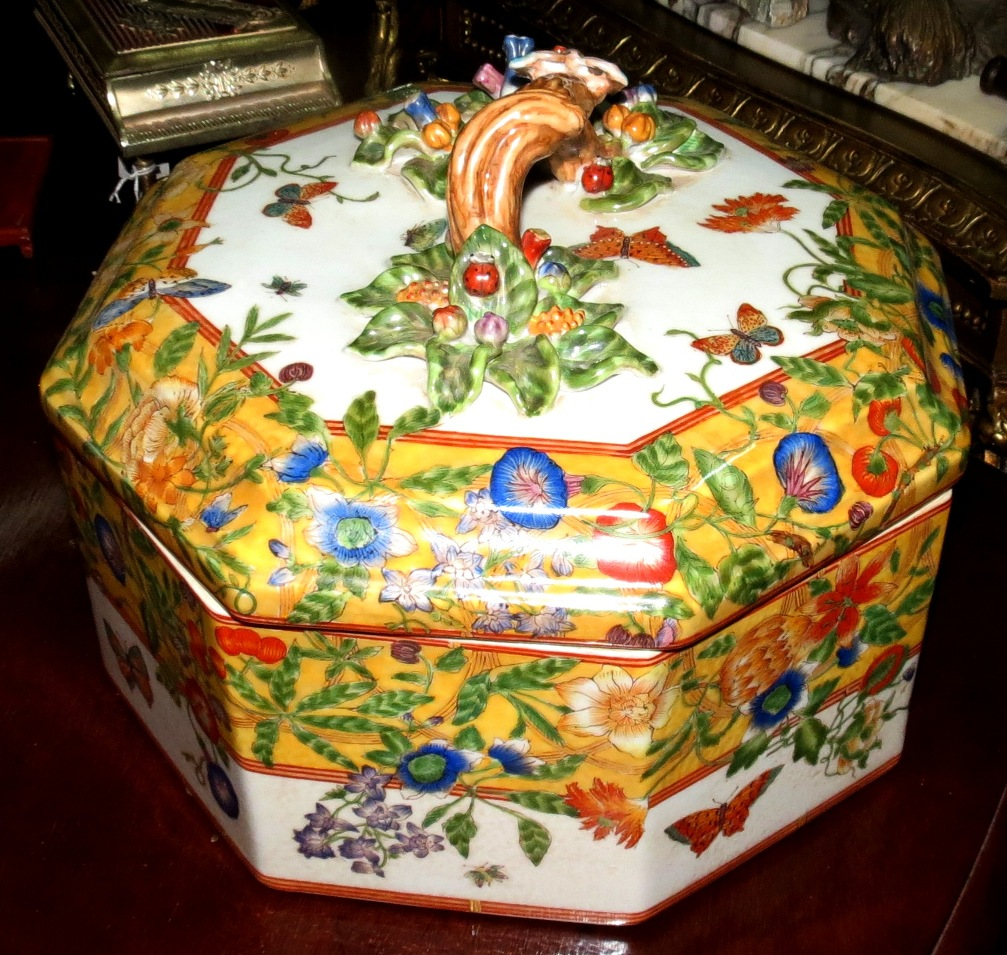 Chinese Porcelain - Big Box - H: 9 Image