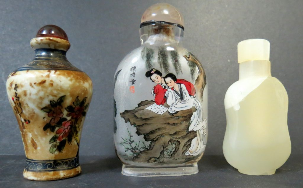 Set of 3 Snuff Bottles - Jade - Porcelain - Glass Image